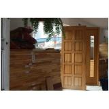 porta trabalhada de madeira Granja Viana