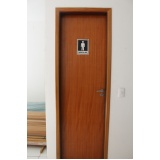 porta de madeira com batente